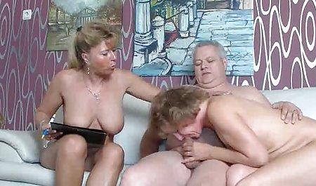 Сексуальна блондинка з красива еротика великими грудьми грає з дилдо в вагіну і великі цицьки іграшки